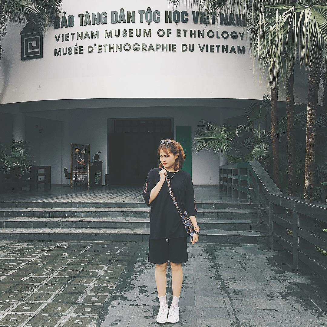 Bạn gái chụp hình check in tại bảo tàng dân tộc học Việt Nam
