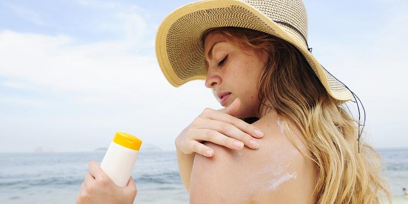 Sử dụng kem chống nắng để bảo vệ làn da khi đi biển