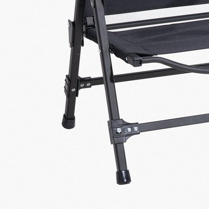Khung nhôm của ghế xếp đen rất chắc chắn