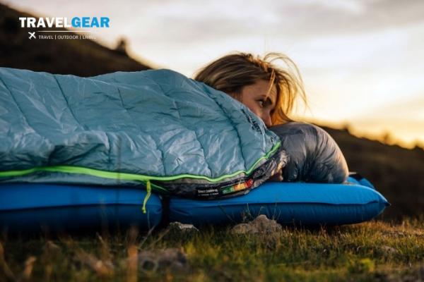 cô gái ngủ cùng chiếc sleeping bag ở ngoài trời