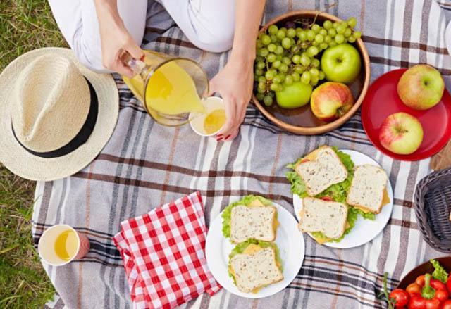 Đừng quên mang theo đồ uống và hoa quả khi đi picnic