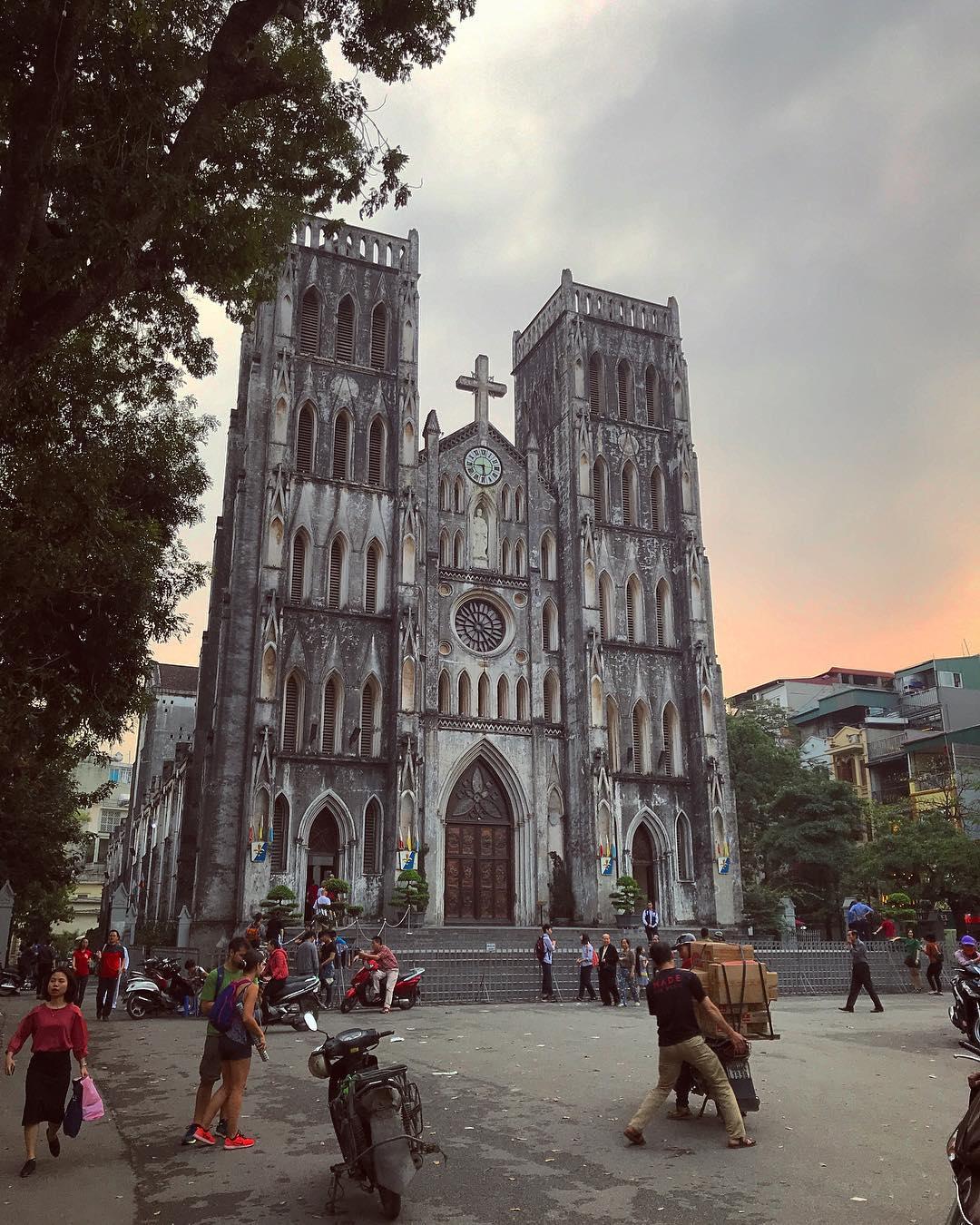 Nhà thờ Lớn Hà Nội luôn tấp nập du khách tới tham quan và vui chơi