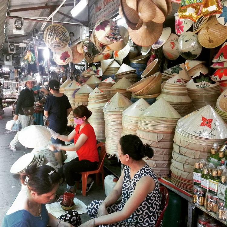 Gian hàng bày bán nón tại Huế