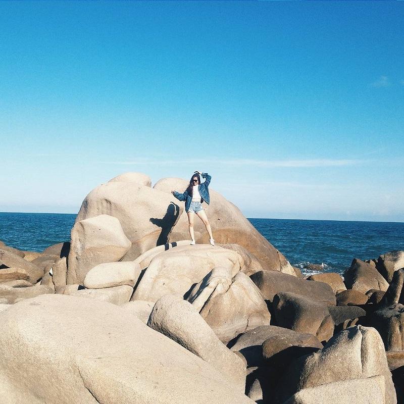 Chụp hình trên những phiến đá ở đèo Nước Ngọt