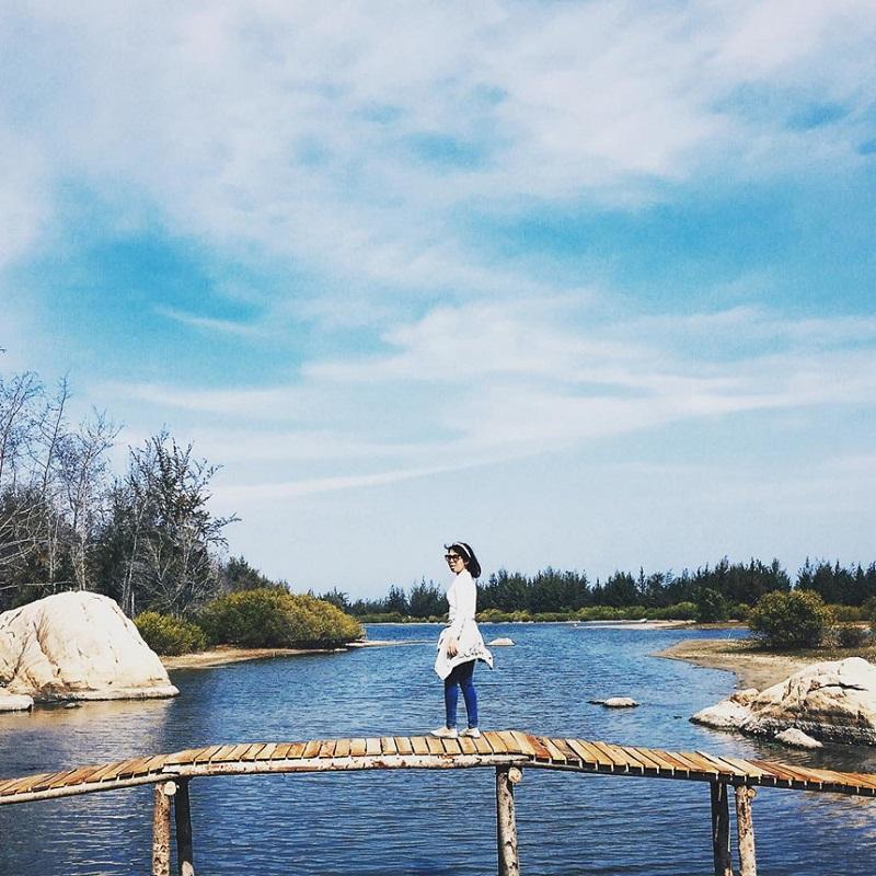 Đứng trên chiếc cầu gỗ bắc ngang qua Hồ Cốc xanh biếc