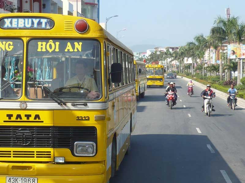 Xe buýt là sự lựa chọn dành cho những ai muốn tiết kiệm chi phí