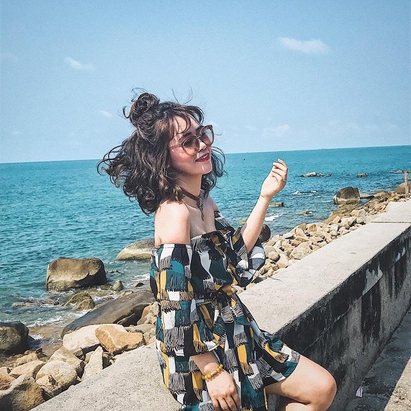 Chụp ảnh trên con đường cạnh biển Long Hải