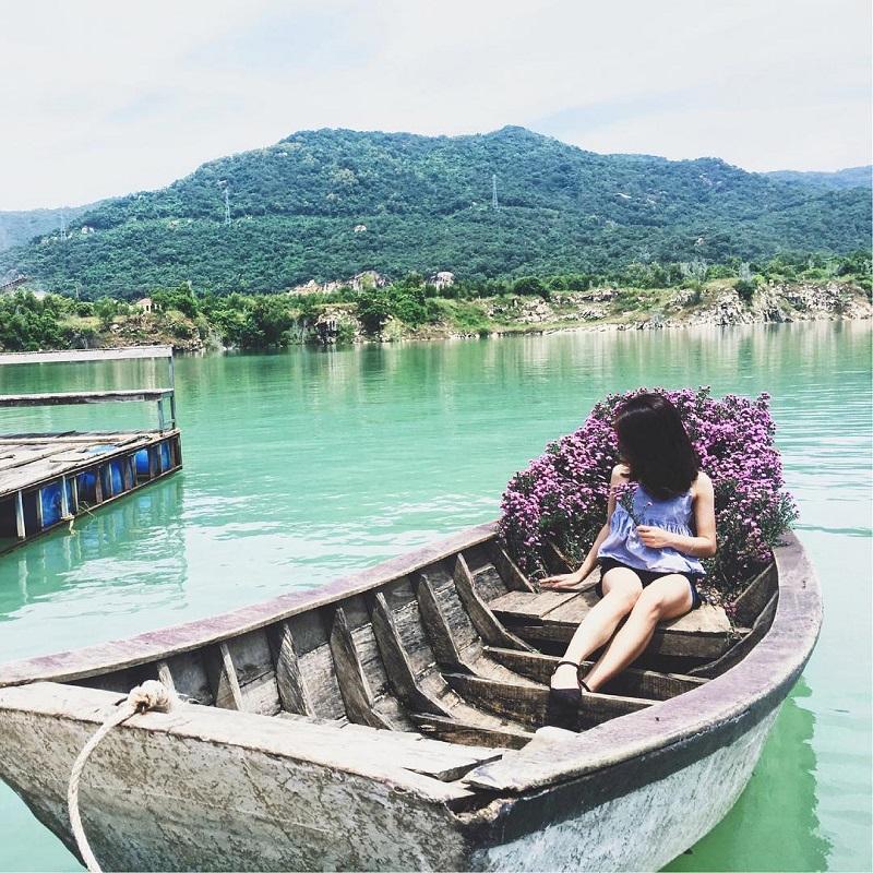 Ngồi trên thuyền giữa hồ Đá Xanh nước xanh ngắt