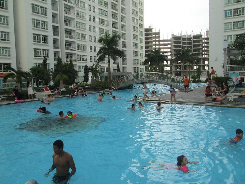 Các em nhỏ đang bơi lội vui đùa ở bể bơi Hoàng Anh Gia Lai quận 7