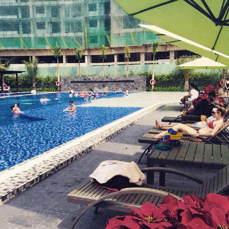 Không gian hồ bơi và ghế nghỉ ở Maia Club
