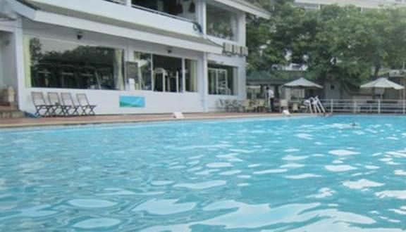 Mặt nước xanh biếc sạch sẽ ở hồ bơi Nam Long
