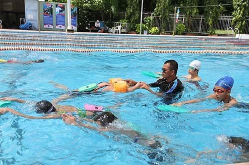 Các em nhỏ đang học bơi ở hồ bơi khu chế xuất Tân Thuận quận 7