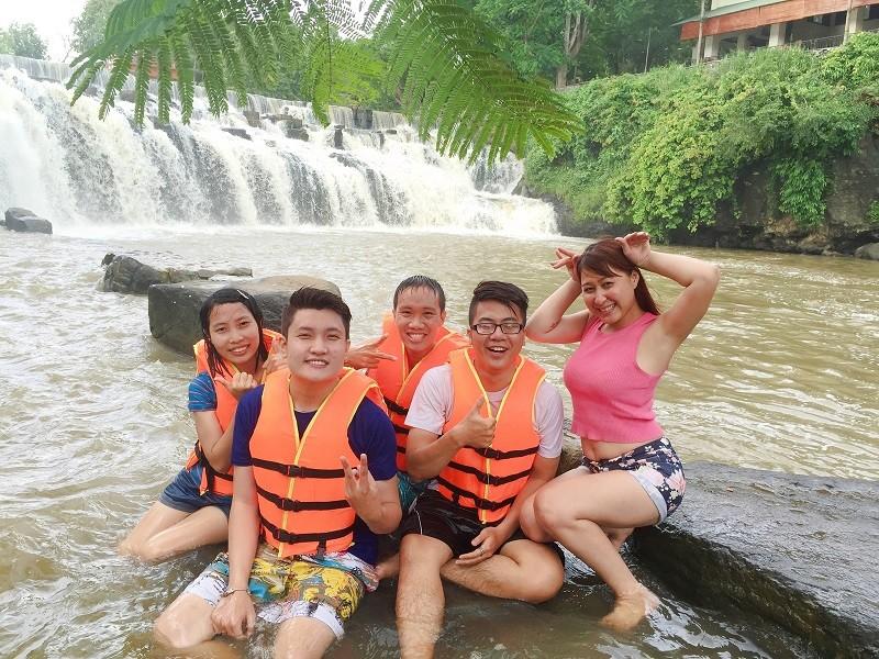 Tắm thác Giang Điền
