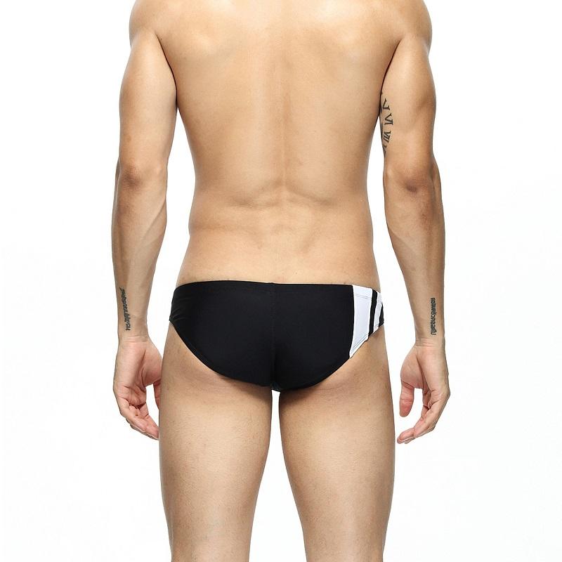 Cận cảnh mặt sau của quần bơi nam tam giác Seoebean SB10023 màu đen