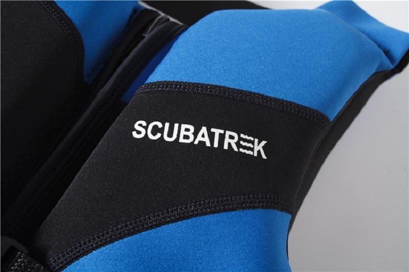 Cận cảnh chất liệu cao su Neoprene của áo phao bơi cho bé trai Scubatrek Xanh Blue