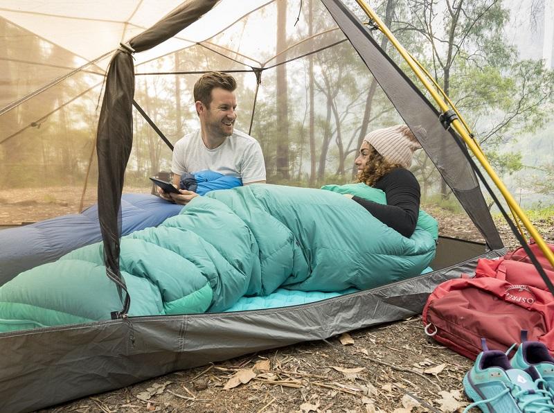 sử dụng túi ngủ trong lều để chống muỗi