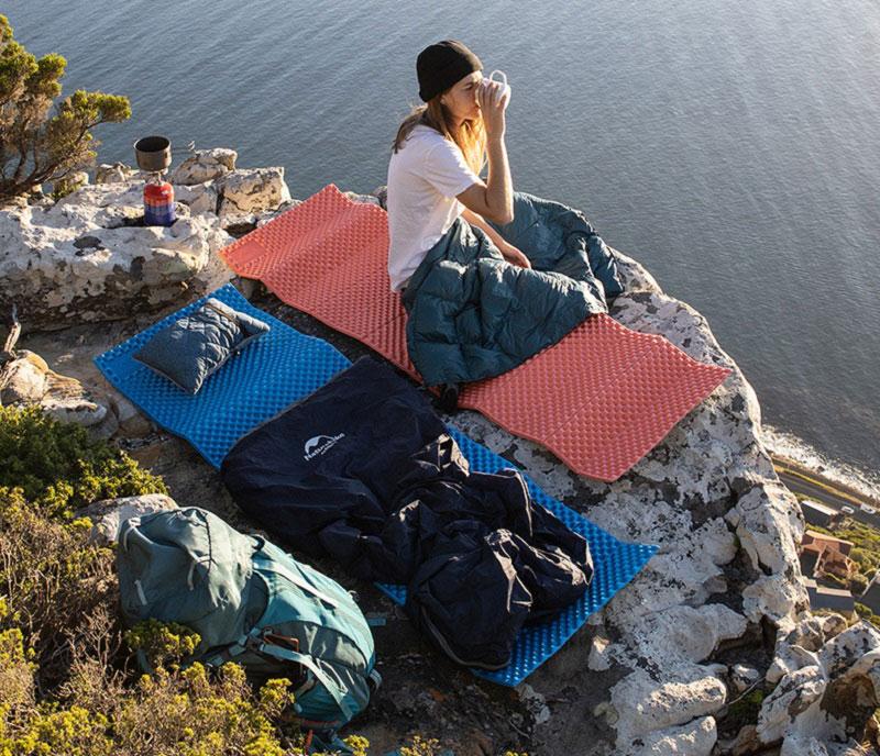 Trải đệm ra để nghỉ ngơi khi đi cắm trại