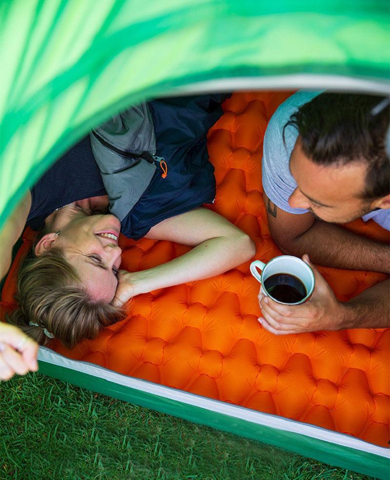 Trải đệm trong lều để thư giãn