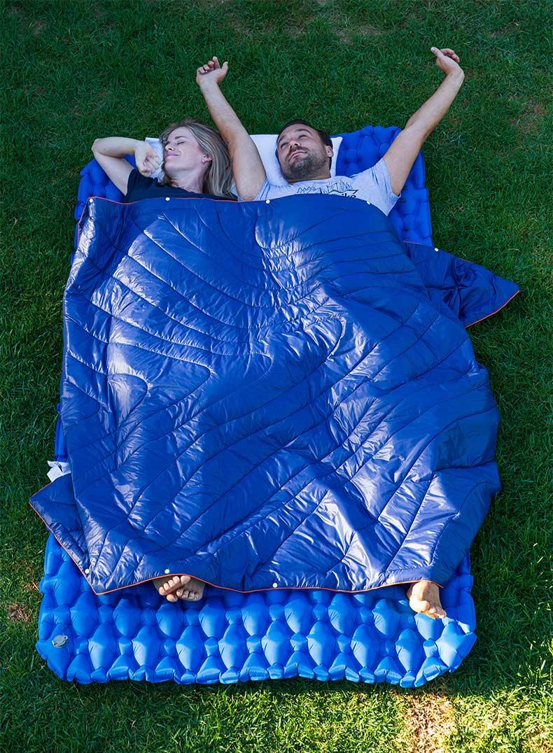 Trải đệm trên nền cỏ để nằm ngoài khi dã ngoại