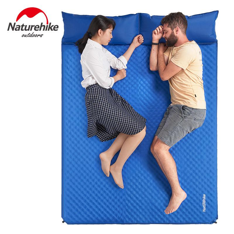 đôi vợ chồng nằm ngủ thoải mái trên chiếc đệm hơi đôi màu xanh