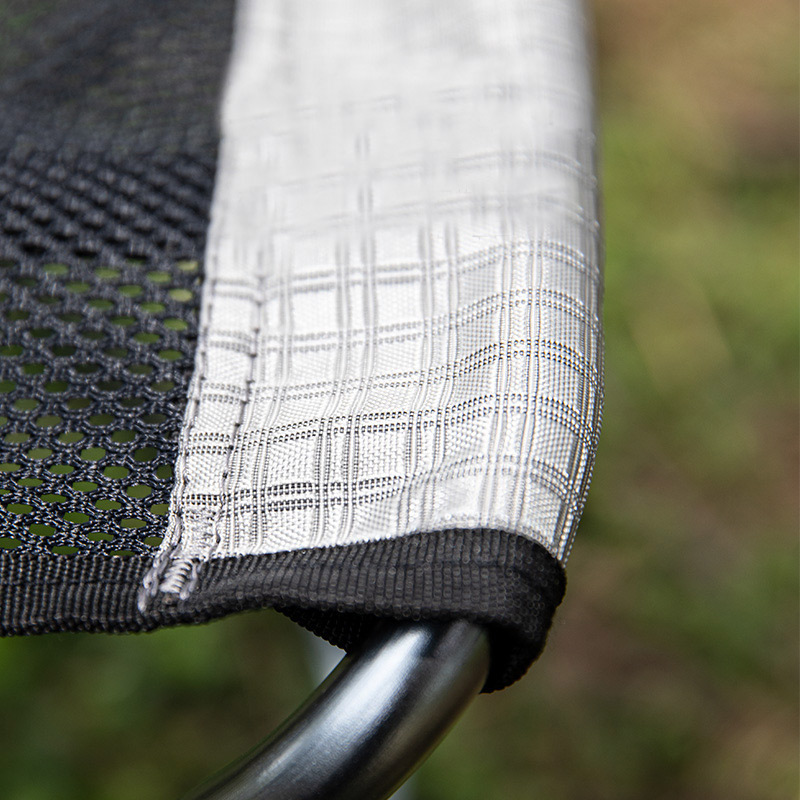 Bề mặt ghế xếp là vải sợi Nylon dạng lưới màu đen và trắng, khung khung nhôm Aluminum 7075
