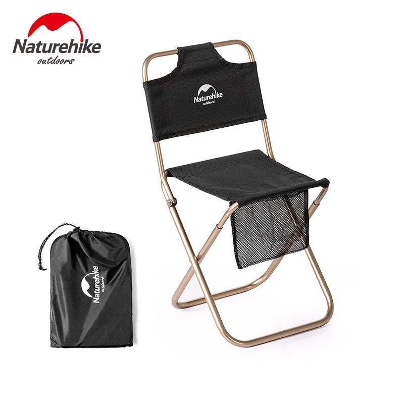 Ghế xếp nhỏ có lưng tựa Naturehike NH18M001Z màu đen, dưới có túi lưới đen nhỏ và bên cạnh có túi đựng màu đen
