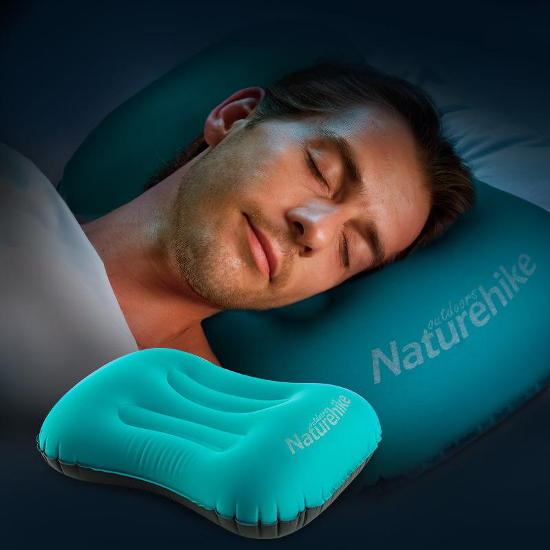 Người đàn ông ngủ ngon giấc, thoải mái khi gối đầu lên gối hơi du lịch Naturehike NH17T013Z