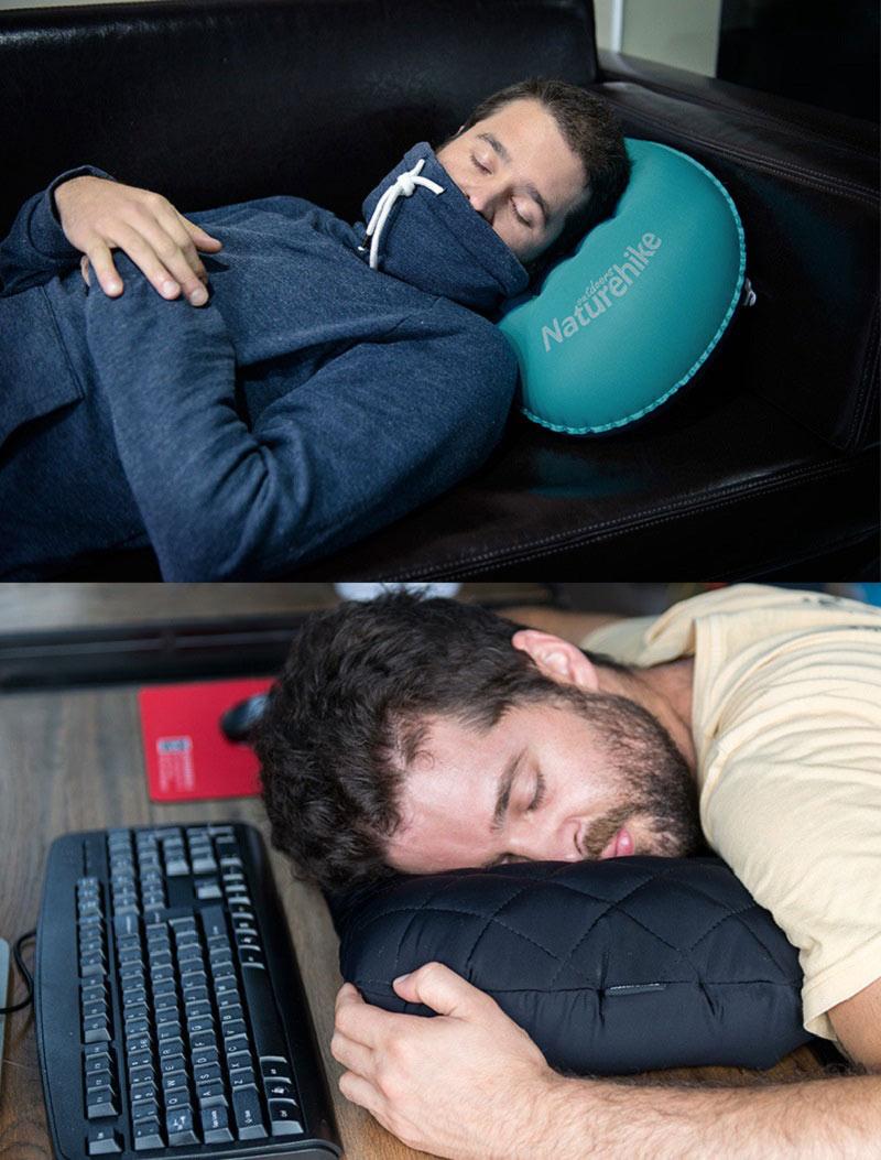 Người đàn ông dùng gối hơi kê đầu ngủ khi nằm trên ghế sofa và kê mặt ngủ ở bàn làm việc