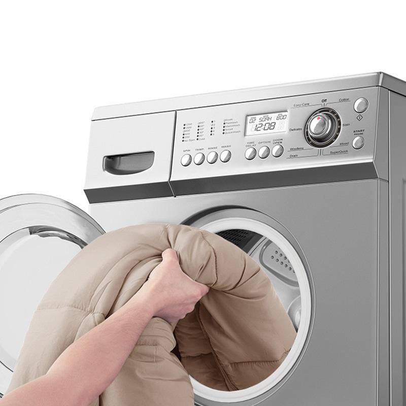 1 người cho túi ngủ màu hồng vào trongg máy giặt để giặt sạch