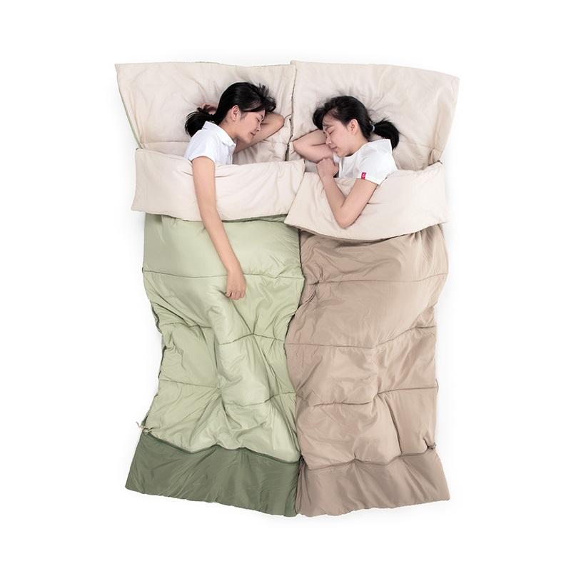 2 bạn nữ nằm ngủ thoải mái với mọi tư thế trong túi ngủ
