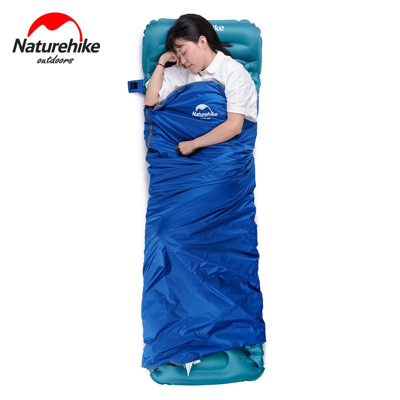 Bạn nữ nằm ngủ thoải mái, ấm áp trong túi ngủ màu xanh dương
