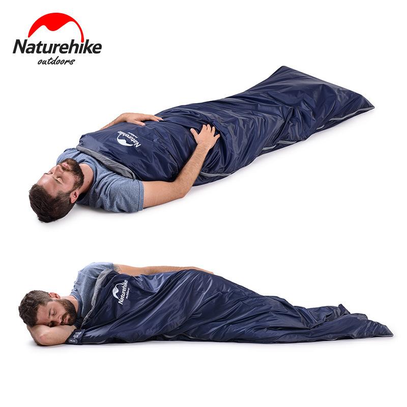 Người đàn ông nằm với nhiều tư thế thoải mái trong túi ngủ màu xanh than