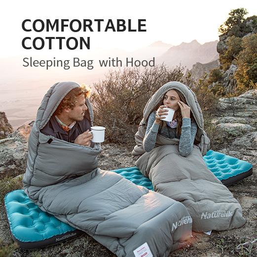 cặp đôi đang sử dụng chiếc túi ngủ Naturehike cùng đệm hơi khi đi cắm trại