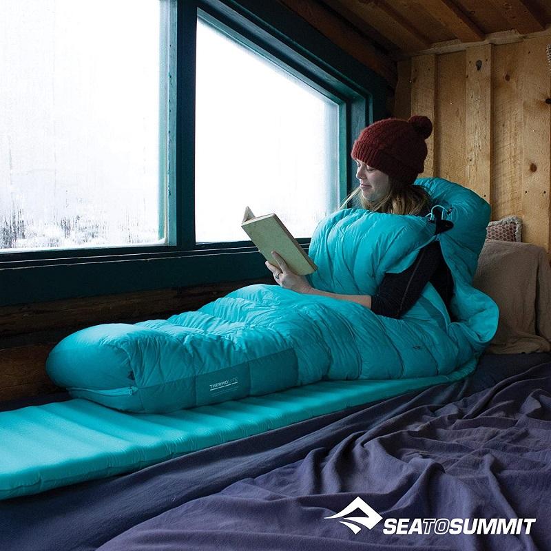 Sử dụng túi ngủ du lịch Sea to Summit Altitude AtI STMATL01 trên tàu, đọc sách
