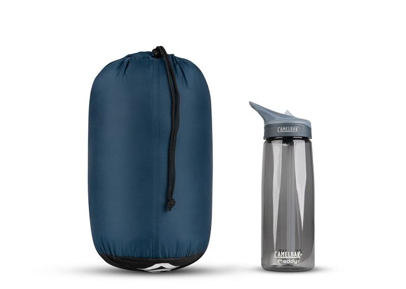 Khả năng gấp gọn của túi ngủ Sea to SummitTrailhead ThII STMTH209 so với bình nước