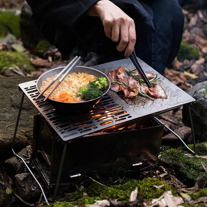 Nướng thịt, nấu mì trên vỉ nướng có chân Naturehike NH20SK015 đều rất tiện dụng