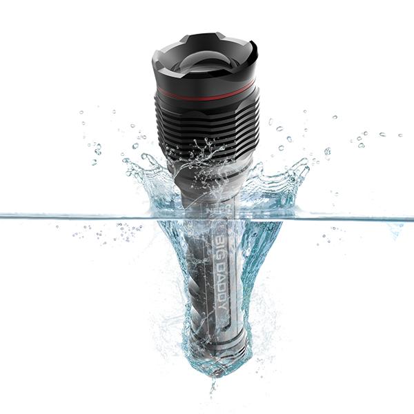 khả năng chống nước của chiếc đèn pin cầm tay chính hãng này rất tốt