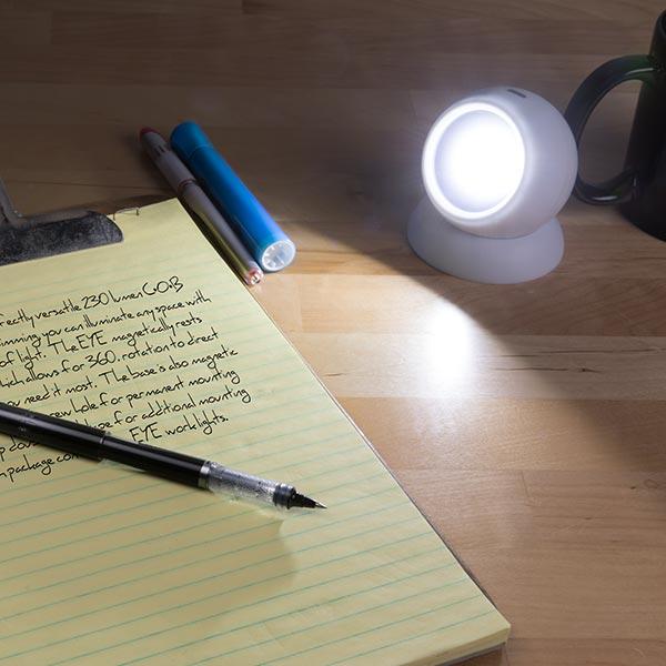 có thể dùng chiếc đèn pin này để học bài, làm việc