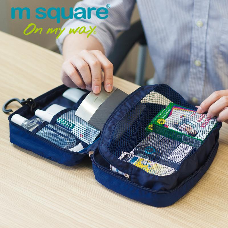 ngăn đựng đồ dạng lưới bên trong chiếc túi du lịch rất thuận tiện khi lấy đồ
